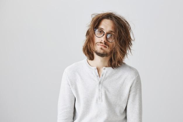 Un Mec Fatigué Avec Des Cheveux En Désordre à La Recherche D'épuisé Photo gratuit
