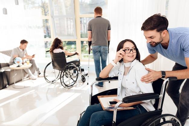 Un mec avec une fille en fauteuil roulant voyage. Photo Premium