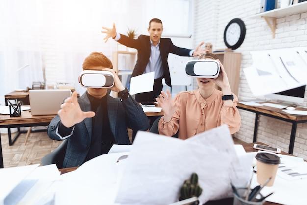 Un mec avec une fille s'amuse avec des lunettes de réalité virtuelle. Photo Premium