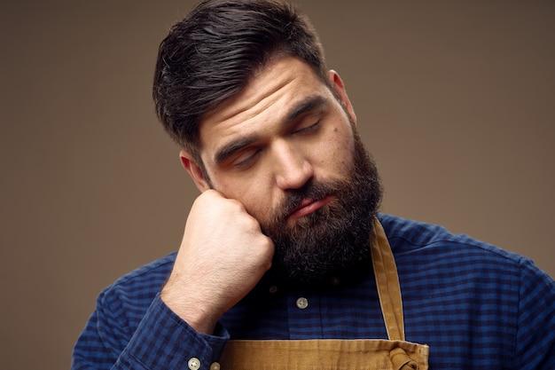 Un Mec Mignon Avec Une Barbe Touffue Dort Photo Premium