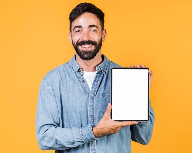 Mec moyen tenant une tablette Photo gratuit