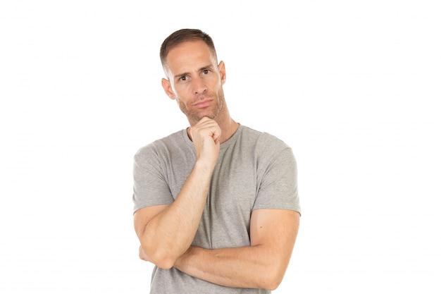 Mec pensif avec t-shirt gris Photo Premium