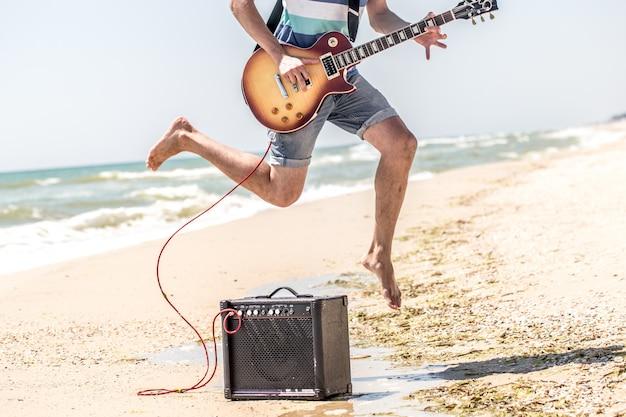 Mec Sur La Plage Avec Des Instruments De Musique Photo Premium