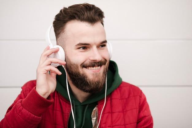Mec souriant avec casque et barbe Photo gratuit