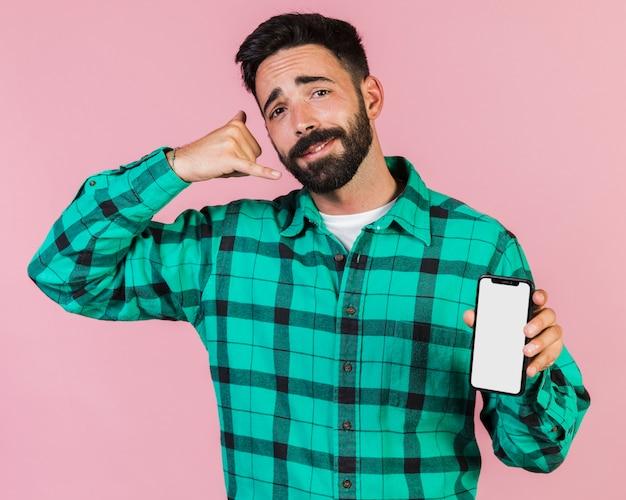 Mec vue de face faisant un geste de téléphone main Photo gratuit