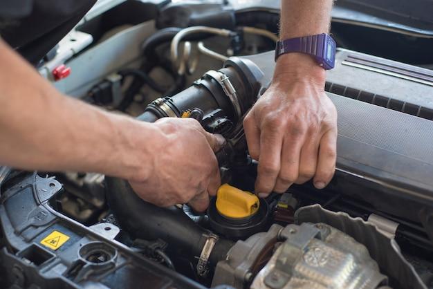 Mécanicien automobile réparant la voiture. mise au point sélective. Photo Premium