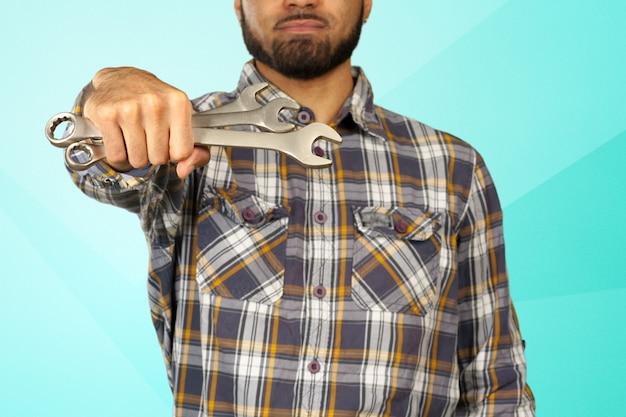 Mécanicien automobile, réparateur avec portrait de clés Photo Premium