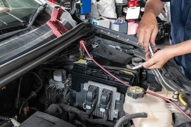 Mécanicien automobile en réparation dans une voiture Photo Premium