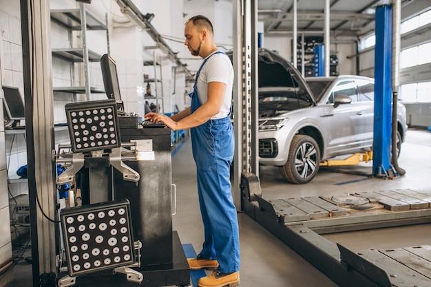 Mécanicien automobile vérifiant le moteur de la voiture Photo gratuit