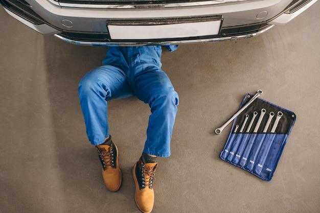 Mécanicien automobile vérifiant la voiture Photo gratuit