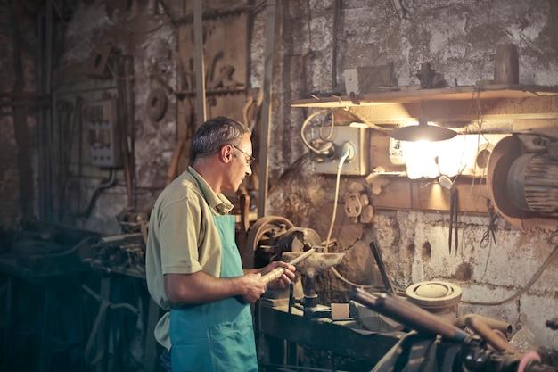 Mécanicien dans un atelier Photo Premium