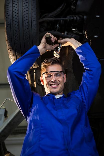 Mécanicien d'entretien d'une voiture Photo gratuit
