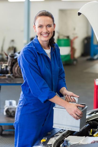 Mécanicien examinant sous le capot de la voiture Photo Premium
