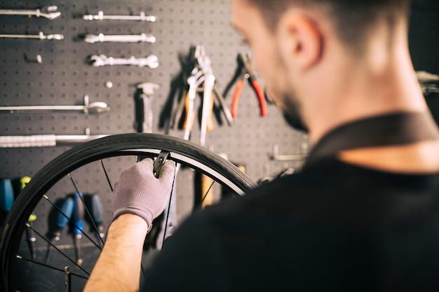 Mécanicien réparant un vélo Photo gratuit