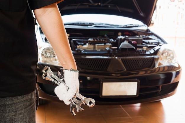 Mécanicien réparant une voiture Photo gratuit