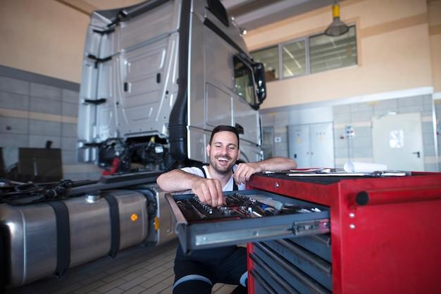Mécanicien Et Réparateur De Camions Choisissant Des Outils Pour L'entretien Des Véhicules Photo gratuit