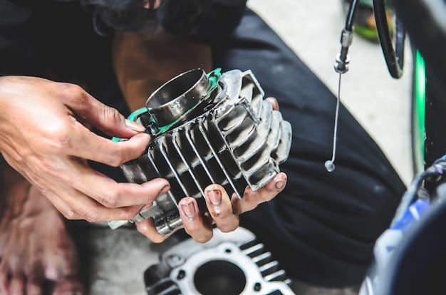 Mécanicien répare une moto Photo Premium