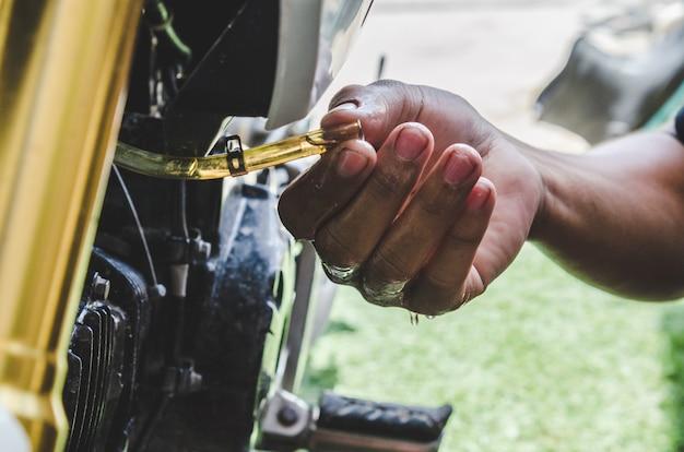 Le mécanicien répare la moto. Photo Premium