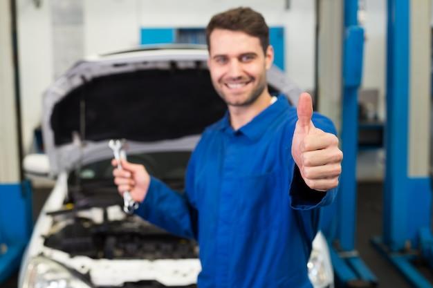 Mécanicien tenant une paire de clés Photo Premium