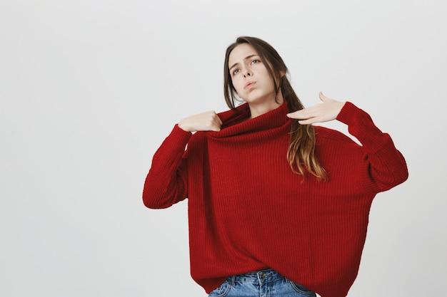 Mécontent Jeune Femme En Pull Rouge Se Sentir Chaud, Essayez De Vous Rafraîchir Photo gratuit