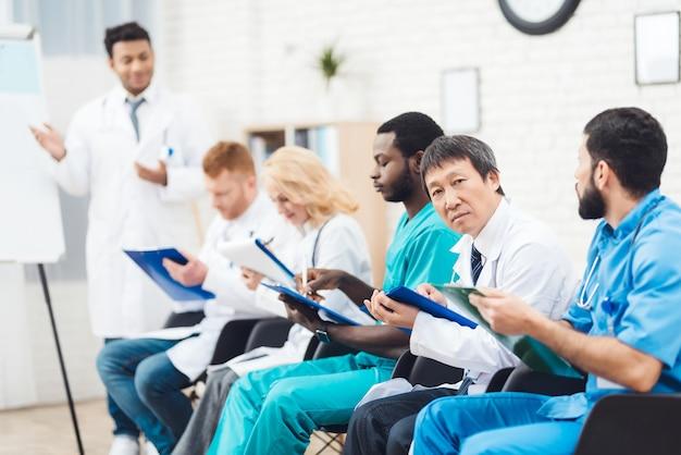 Un Médecin Asiatique Regarde La Caméra En Clinique. Photo Premium