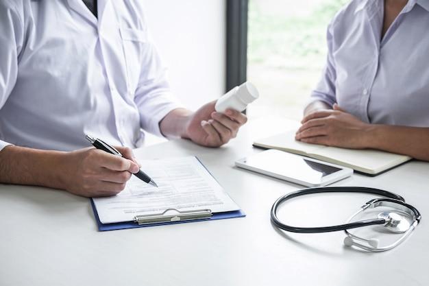Un médecin consulte le patient et vérifie son état pathologique tout en présentant les résultats du diagnostic, en examinant le problème de la maladie et en recommandant une méthode de traitement et l'utilisation d'un médicament Photo Premium