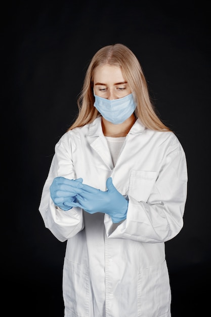 Médecin Dans Un Masque Médical. Thème Du Coronavirus. Isolé Sur Fond Blanc. Femme En Tenue De Protection. Photo gratuit