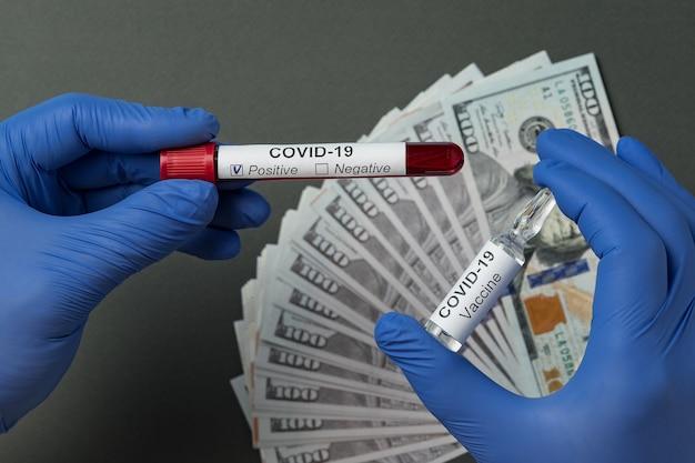 Médecin Détenant Un Test Sanguin Positif Pour Le Coronavirus Et Un Flacon De Vaccin Pour Covid-19. Prix Pour Cure, Gants Médicaux Photo Premium