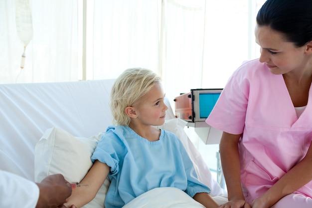 Médecin donnant le vaccin à une petite patiente Photo Premium