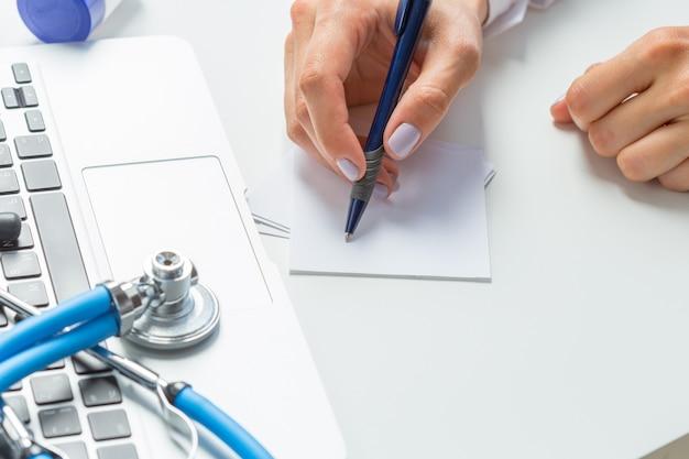 Le médecin écrit un pilule de prescription Photo Premium