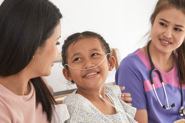 Médecin et enfant avec la mère à l'hôpital Photo Premium