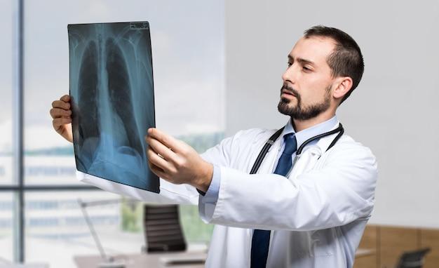 Médecin examinant une radiographie pulmonaire Photo Premium