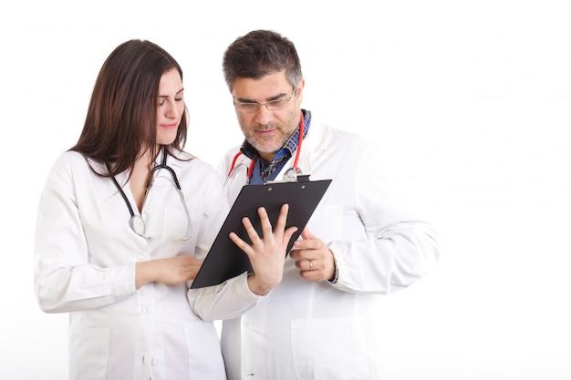 Un médecin examine les rayons x Photo Premium
