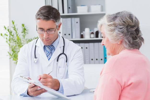 Médecin expliquant les prescriptions à une femme senior Photo Premium