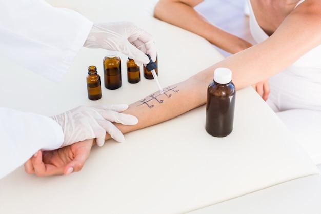 Médecin faisant un test de piqûre de la peau à son patient Photo Premium