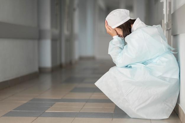 Médecin Fatigué Après Un Long Quart De Travail à L'hôpital Photo gratuit