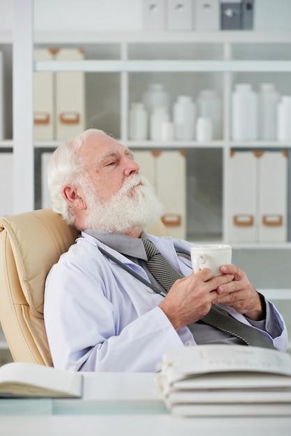 Médecin fatigué en pause Photo gratuit