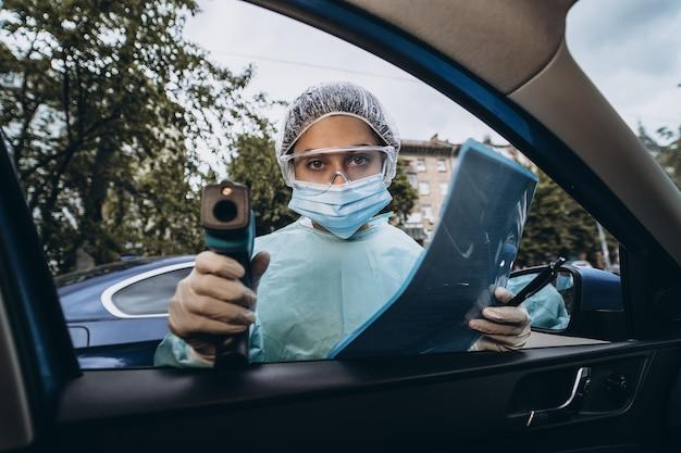 Médecin Femme Utilise Un Pistolet Thermomètre Infrarouge Pour Vérifier La Température Corporelle Photo gratuit