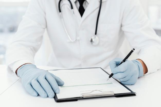 Médecin Gros Plan écrit Sur Papier Photo gratuit
