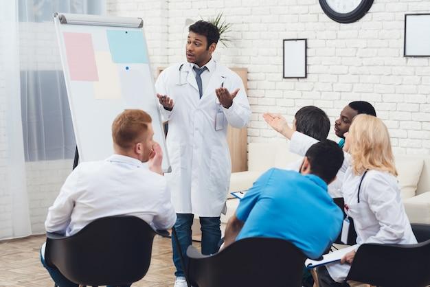 Un médecin indien conseille des collègues lors d'une réunion médicale. Photo Premium