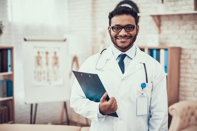 Médecin indien avec stéthoscope dans la chambre d'hôpital. Photo Premium