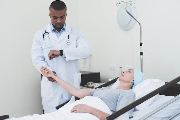 Le médecin mesure le pouls d'une femme Photo Premium