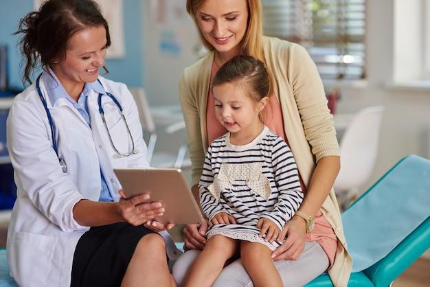 Médecin Montrant Les Résultats Sur La Tablette Photo gratuit