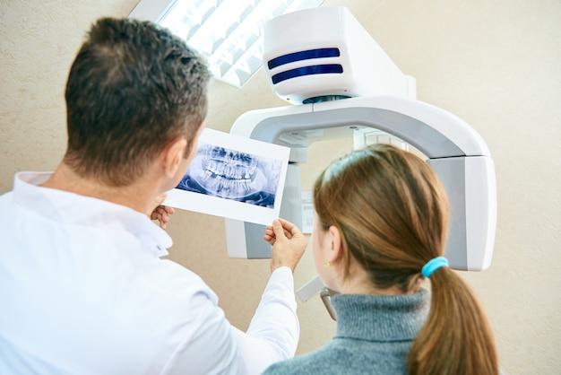 Le médecin montre au patient une image radiographique Photo Premium