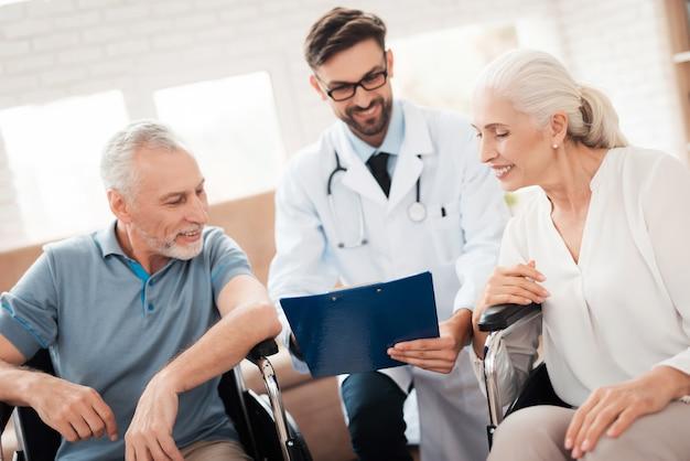 Le médecin montre de bons résultats de test du couple de personnes âgées. Photo Premium