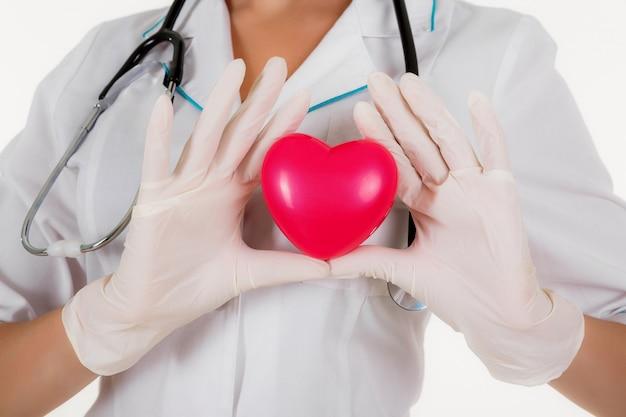 Le médecin montre coeur isolé sur fond blanc Photo Premium