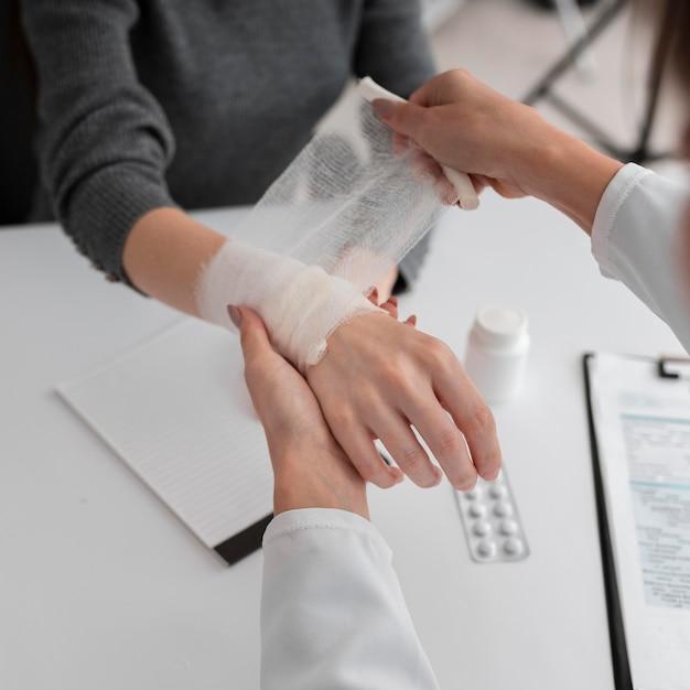 Médecin Organisant La Servitude Des Mains Pour Le Patient Photo gratuit