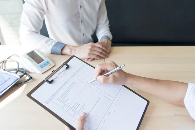 Le médecin a passé un accord avec des patients souffrant d'hypertension pour rester en bonne santé Photo Premium