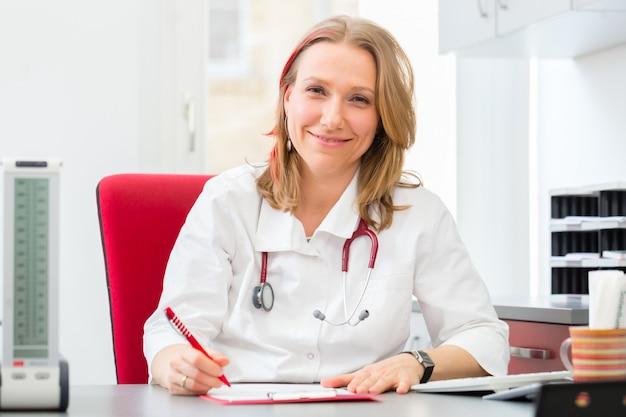 Médecin rédigeant une ordonnance médicale en chirurgie Photo Premium