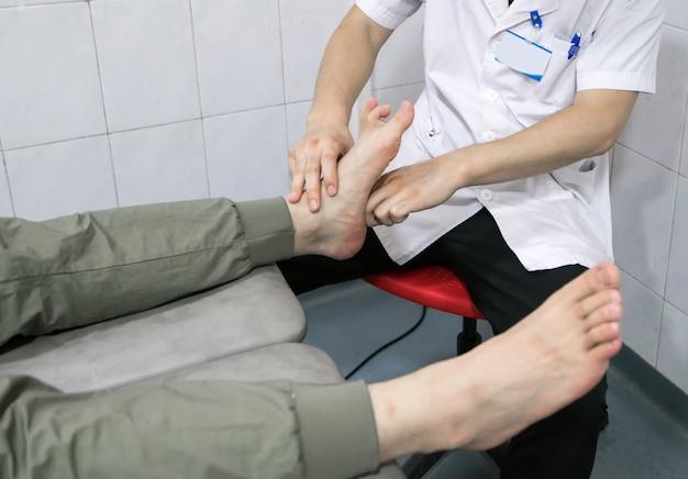 Le Médecin Réhabilite Les Jambes Du Patient Photo Premium